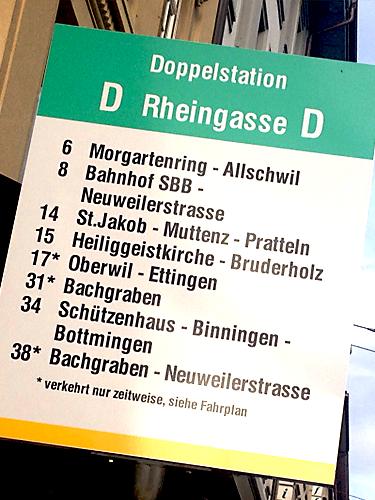 """Die Haltestelle """"Rheingasse"""" unmittelbar vor der Löwen Apotheke"""
